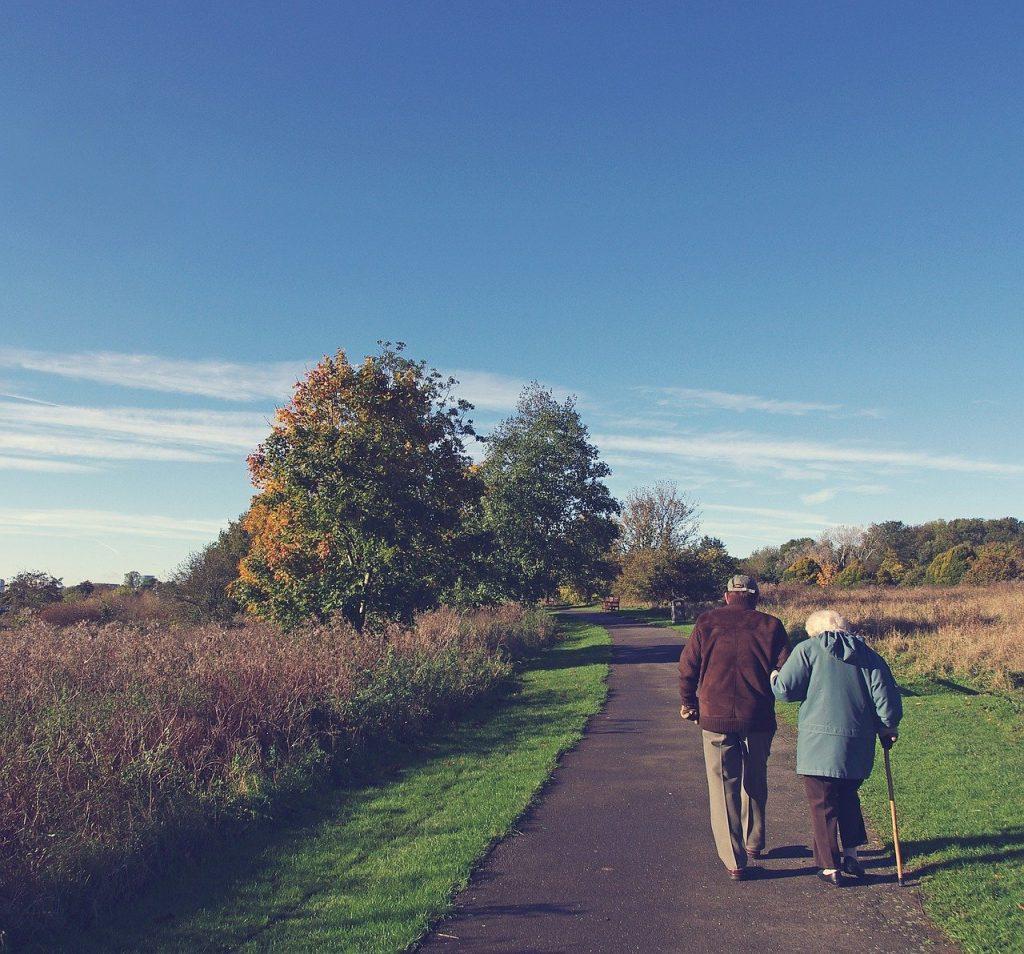 starejsi par na sprehodu